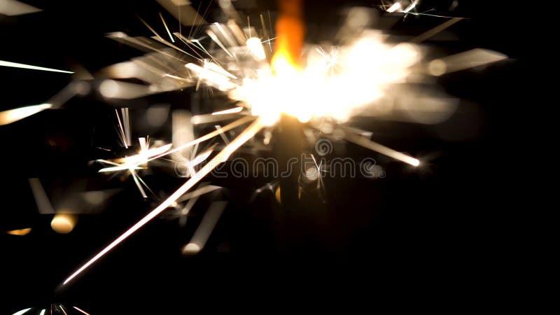 De brand van Bengalen met mooie die fonkelingen op zwarte achtergrond worden geïsoleerd media Brandend sterretje in donkere, Vrol stock afbeelding