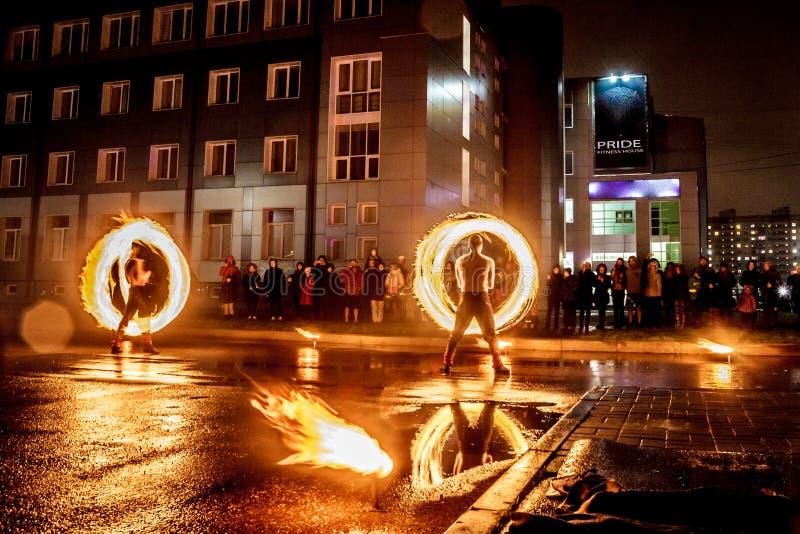 De brand van nachtprestaties toont voor een menigte van mensen stock foto