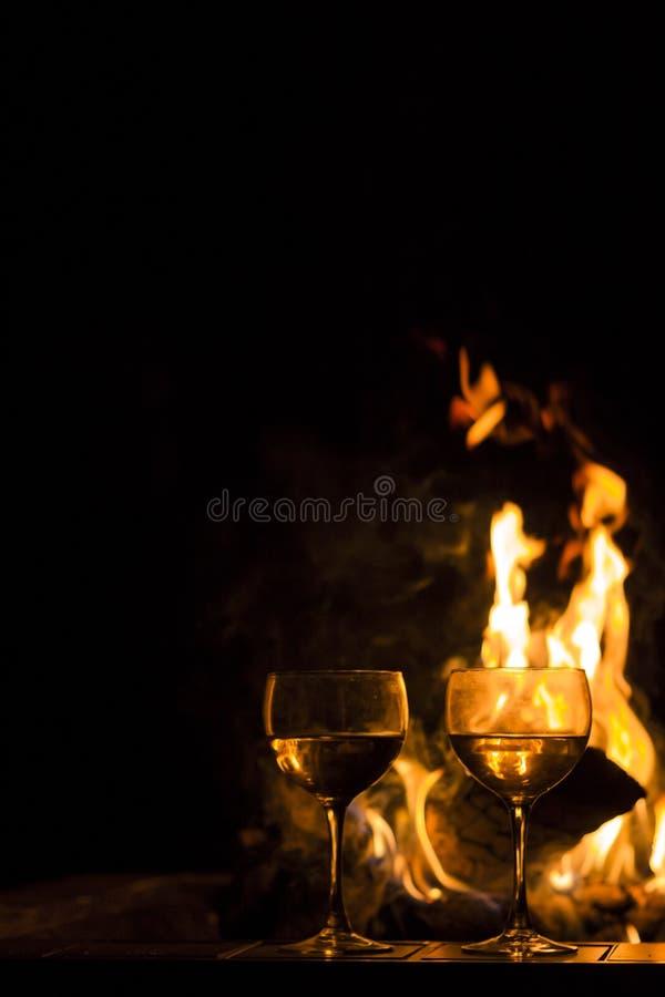 Download De Brand Van Twee Wijnglazen Stock Foto - Afbeelding bestaande uit nave, cocktails: 54092216