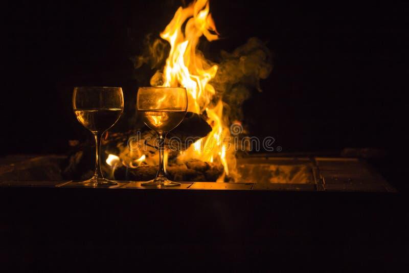 Download De Brand Van Twee Wijnglazen Stock Afbeelding - Afbeelding bestaande uit comfortabel, kamp: 54092461