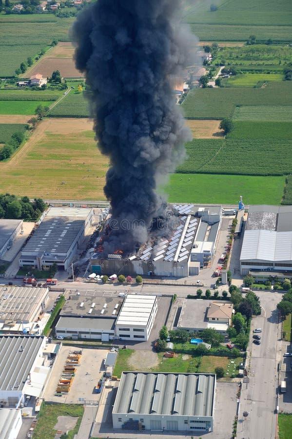 De brand vernietigde een fabriek stock foto's