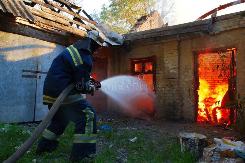 De brandbestrijder dooft brand royalty-vrije stock afbeeldingen