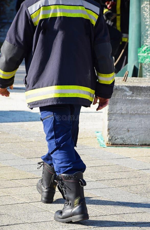 De brandbestrijder gaat werken stock foto's