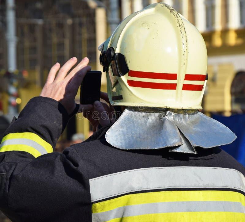 De brandbestrijder neemt foto's royalty-vrije stock foto's