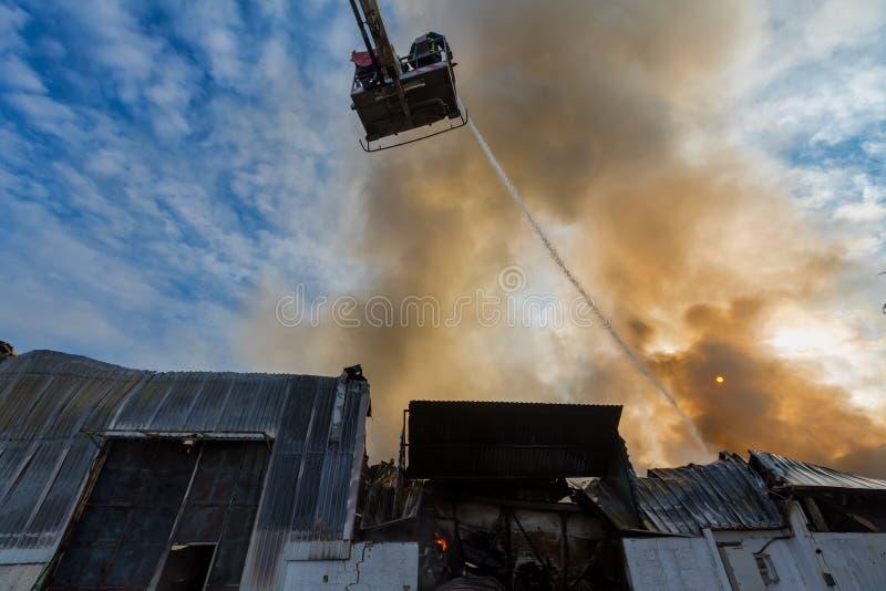 De brandbestrijders worstelen om de brand te doven die bij I uitbrak stock foto