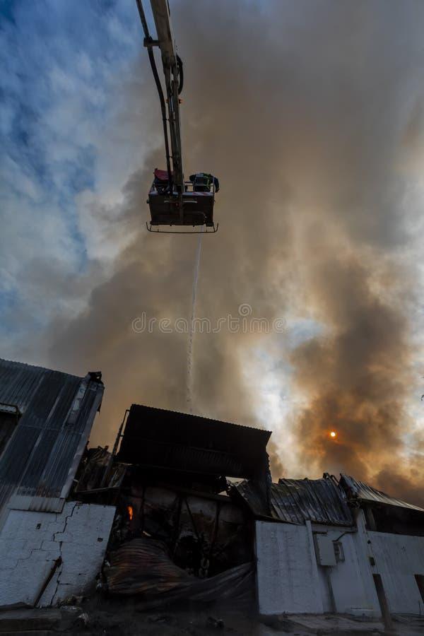 De brandbestrijders worstelen om de brand te doven die bij I uitbrak royalty-vrije stock foto's