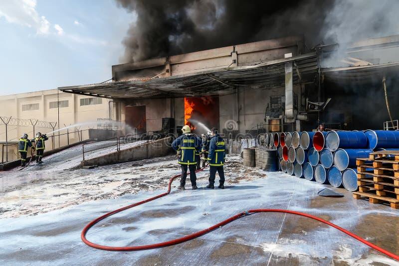 De brandbestrijders worstelen om de brand te doven die bij a uitbrak royalty-vrije stock foto's