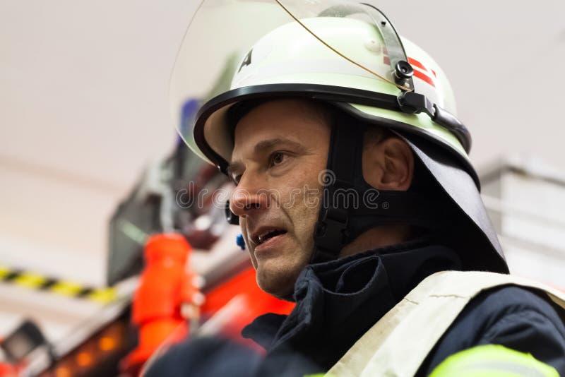 De brandbestrijdersleider in portret nam de brandweer waar stock afbeelding