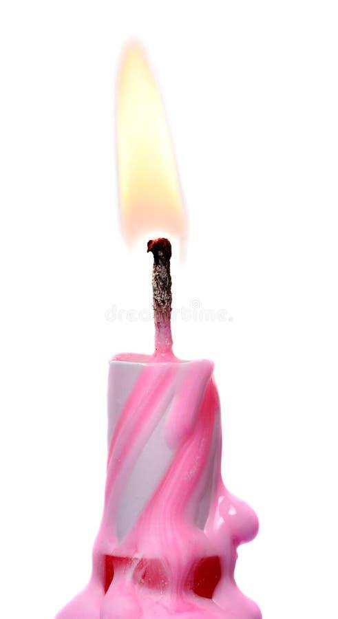 De brandende die Cake van de Verjaardagskaars op Wit wordt geïsoleerd stock afbeelding