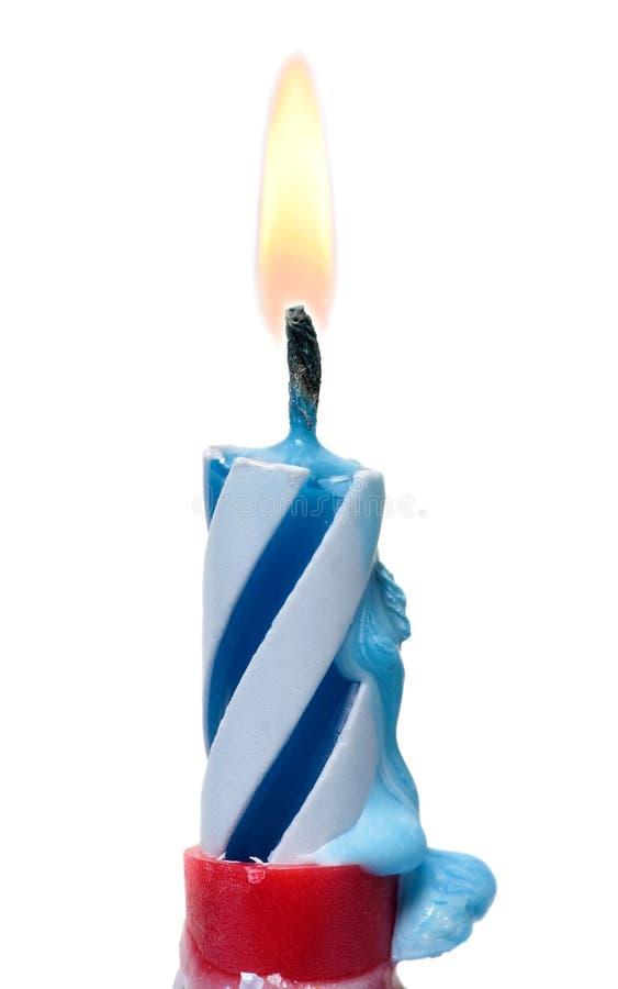 De brandende die Cake van de Verjaardagskaars op Wit wordt geïsoleerd royalty-vrije stock afbeelding