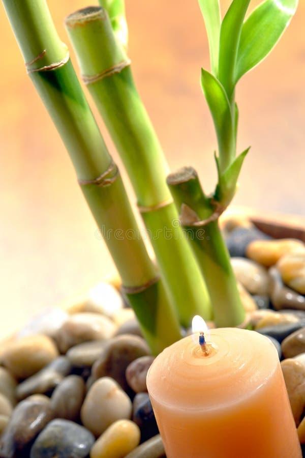De brandende Stammen van de Kaars en van het Bamboe voor Meditatie royalty-vrije stock foto
