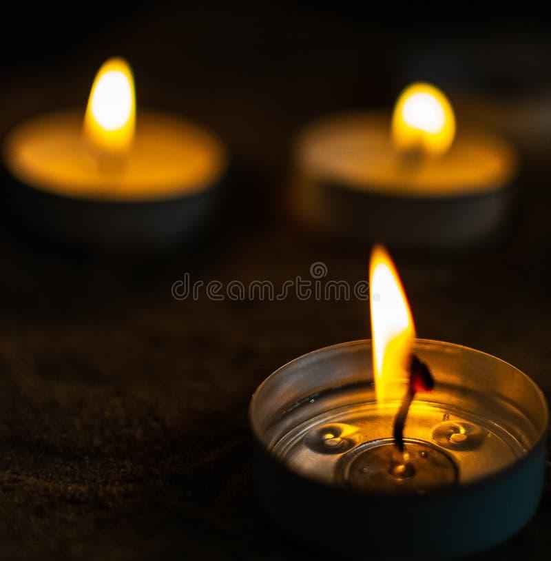 De brandende vlammen van thee steken kaarsen aan royalty-vrije stock afbeelding