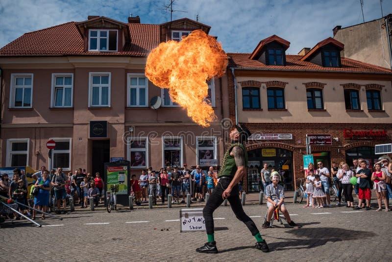 De brandeter en de brand blazen op het festival van de UFOstraat - internationale bijeenkomst van straatuitvoerders en actoren royalty-vrije stock afbeeldingen