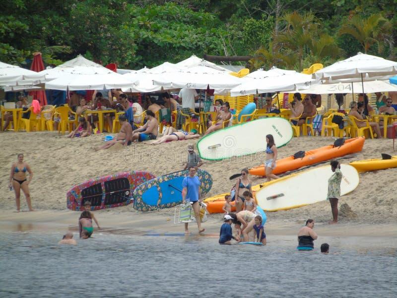 De brandingstribune van de strandzomer op het strand van zontoeristen van Tabatinga-de Staat van stadscaraguatatuba van Sao Paulo stock fotografie