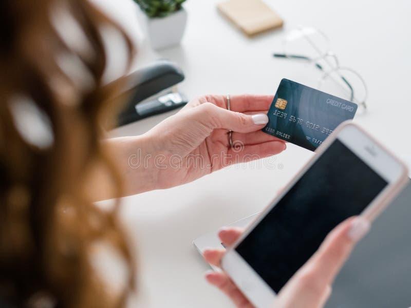 De brandkast van de smartphonecreditcard van betalingsonline bankieren stock fotografie