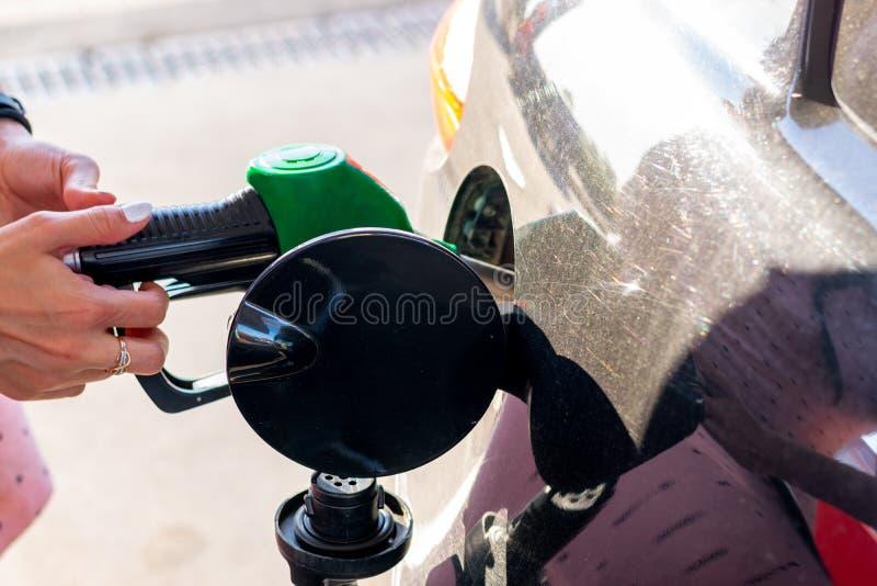 De brandstofpijp vulde auto met brandstof, auto die gevulde benzine bij benzinestation zijn royalty-vrije stock afbeeldingen