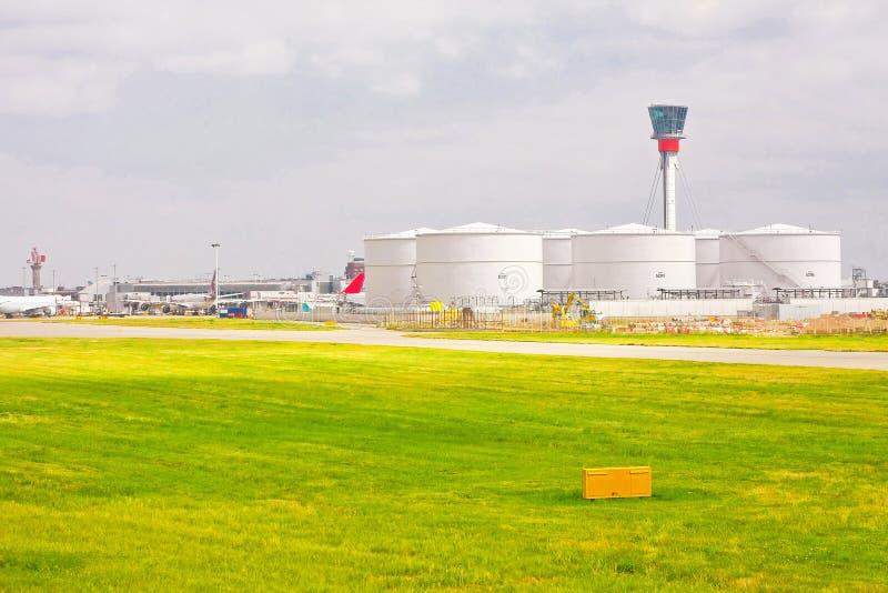 De brandstoftank van de luchthaven stock afbeeldingen