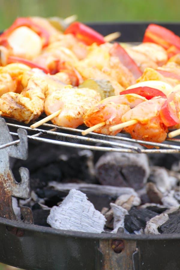 Download De Brandvlammen Die Van Het Vuurkampvuur Lapje Vlees Op BBQ Roosteren Stock Foto - Afbeelding bestaande uit brandstichting, baksteen: 29500180