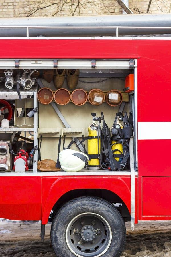 De brandvrachtwagen is rood Brand en reddingsmateriaal in een brandvrachtwagen stock foto