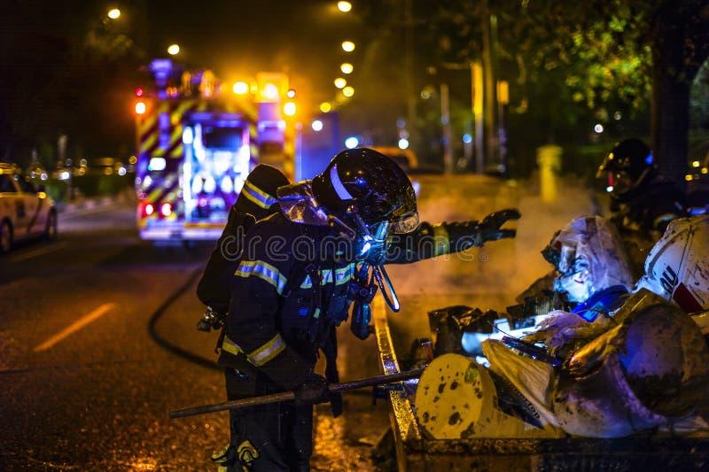 De brandweerlieden werken in een nachtbrand Madrid Spanje royalty-vrije stock foto's