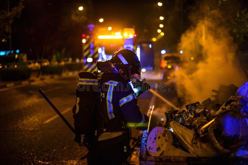 De brandweerlieden werken in een nachtbrand Madrid Spanje stock afbeeldingen