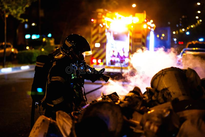 De brandweerlieden werken in een nachtbrand Madrid Spanje stock foto's