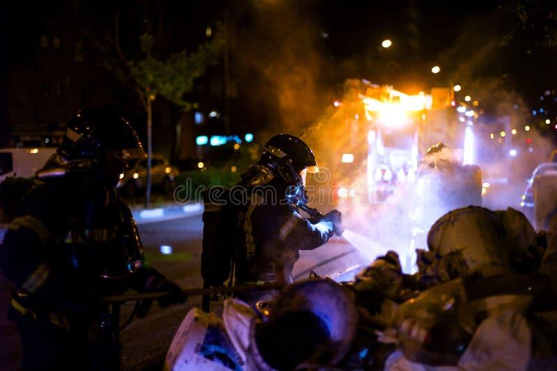 De brandweerlieden werken in een nachtbrand Madrid Spanje royalty-vrije stock afbeelding