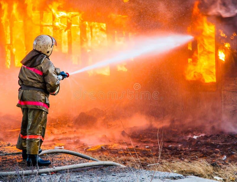 De brandweerman dooft een brand royalty-vrije stock foto's