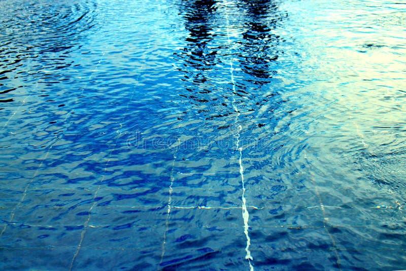 De brede grote azuurblauwe achtergrond van de de horizonmening van de zwembadgolf, vlakke cyaanrimpelingswaterspiegel royalty-vrije stock foto