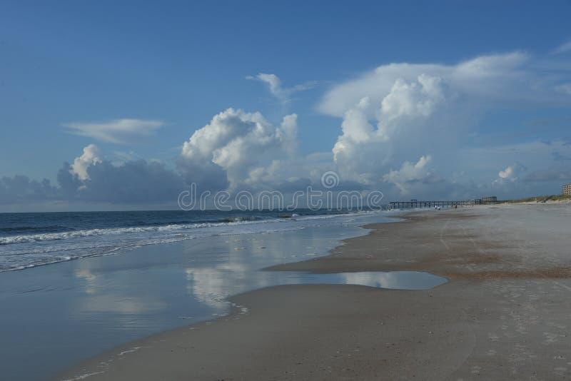 De brede uitgestrektheid van suiker-zand strand maakt voor een prachtige vakantieervaring royalty-vrije stock foto