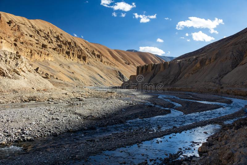 De brede vallei van de bergrivier in het Indische Himalayagebergte royalty-vrije stock foto