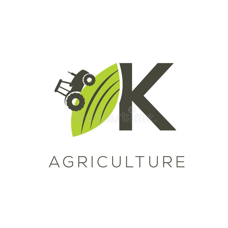 De brief K van het landbouwembleem Tractorpictogram Groen voedselembleem stock illustratie