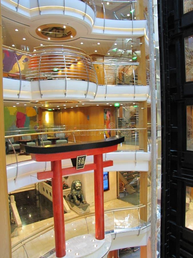 De briljante kleuren en de ontwerpen zijn zeer belangrijk in cruiseschepen stock afbeelding