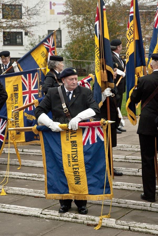 De Britse vlaggen van het Legioen worden weggerold door Ex-service stock afbeelding
