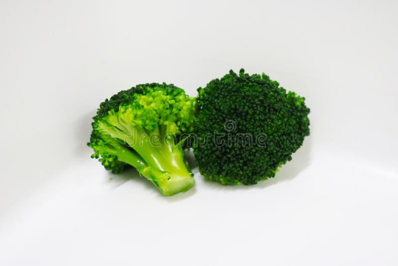 De broccoligroenten isoalted de achtergrond van de voedselbloemkool stock afbeelding