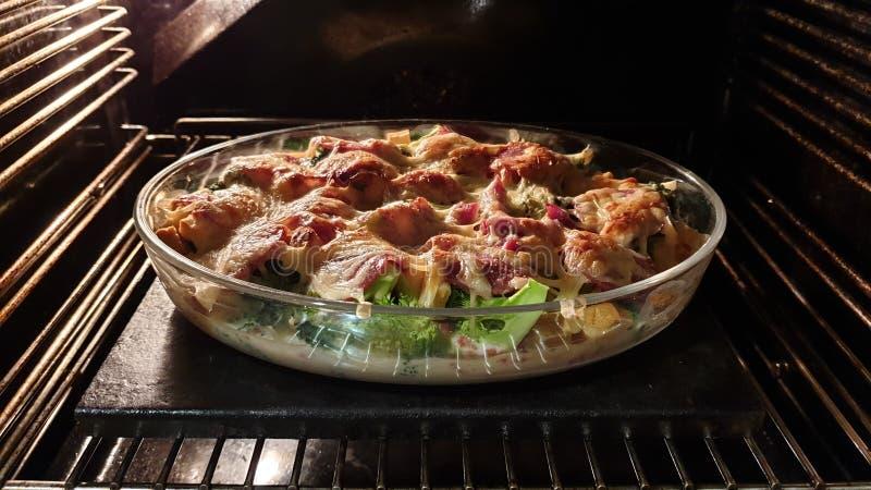 De de broccolisalami en kaas bakken stock afbeeldingen
