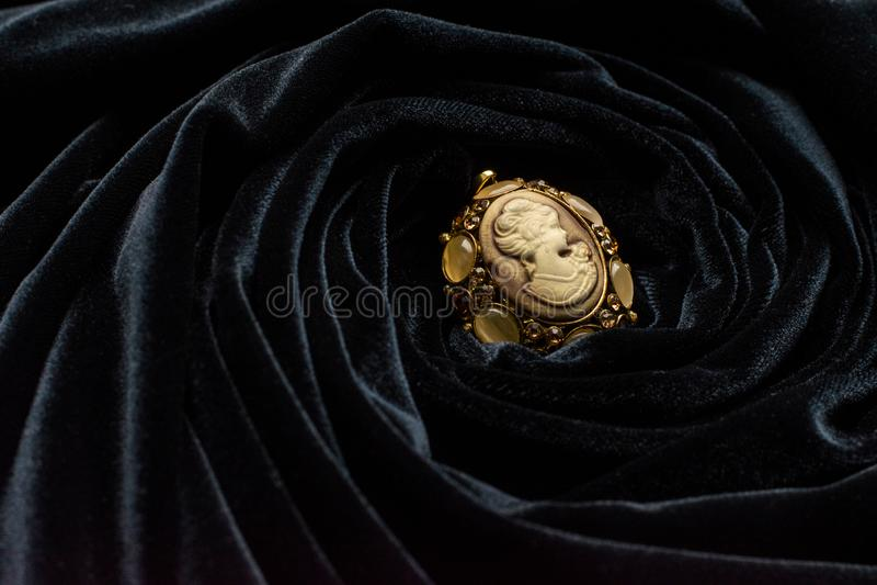 De broche van het bronsivoor in zwarte sluierdoek stock fotografie