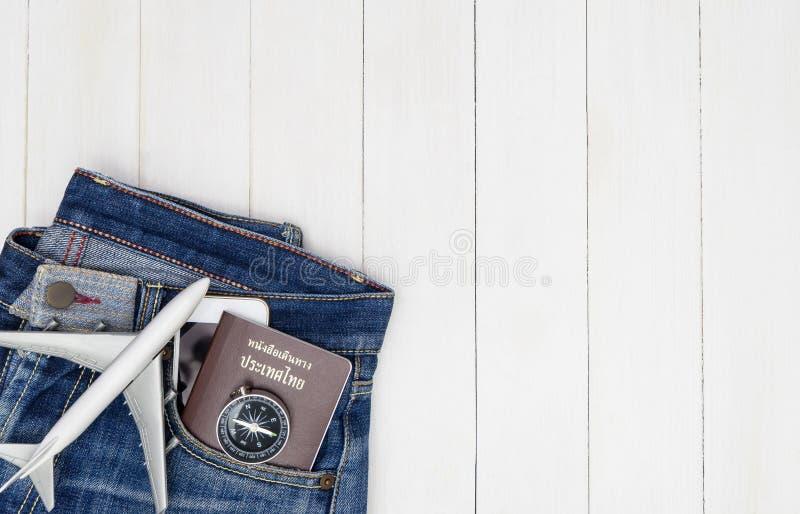 De broek van Hipsterjean met reisvoorwerpen op wit royalty-vrije stock foto
