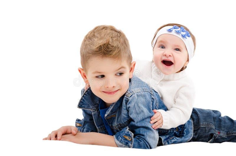 De broer en zijn vrolijke kleine zuster stock foto's
