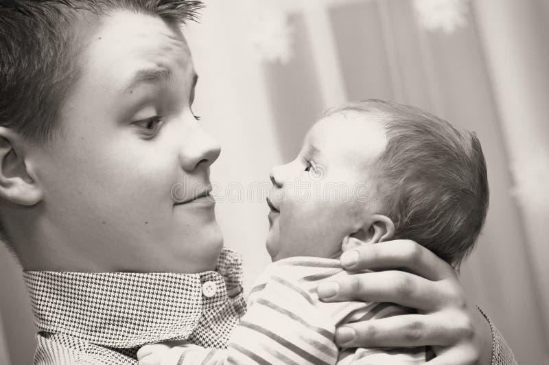 De broer van de tiener met babyzuster royalty-vrije stock afbeelding
