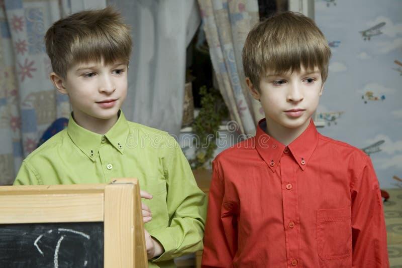 De broer van tweelingen bij bord stock foto's