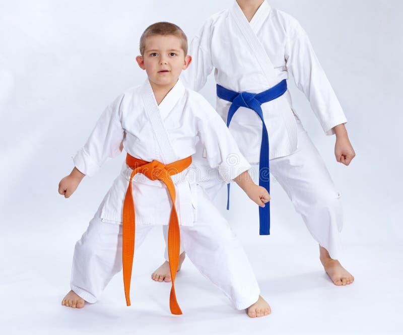 De broers in karategi bevinden zich in de rekkarate stock afbeelding