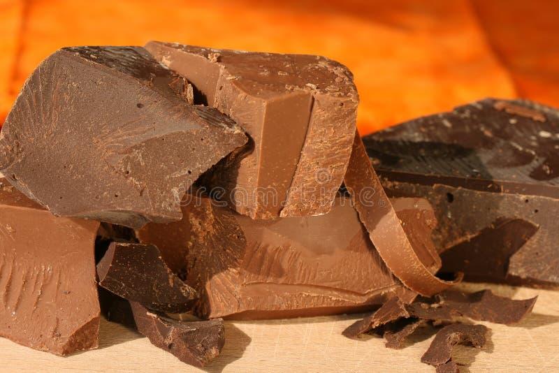 De brokken van de chocolade: dark en melk stock foto's