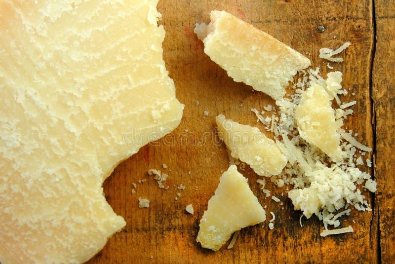 De Brokken van de Kaas van de parmezaanse kaas en Geraspt stock foto's