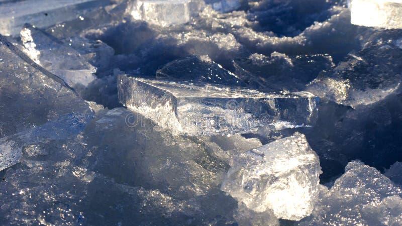 de brokken van ijs spelen in de zon stock foto's