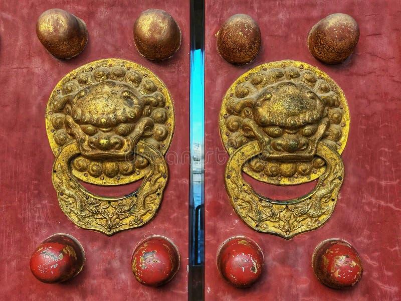 De bronsbout op de oude poort van de tempel van hemel stock fotografie