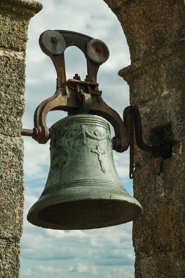 De bronsklok met details sneed op de oppervlakte bij het Kasteel van Trujillo royalty-vrije stock foto