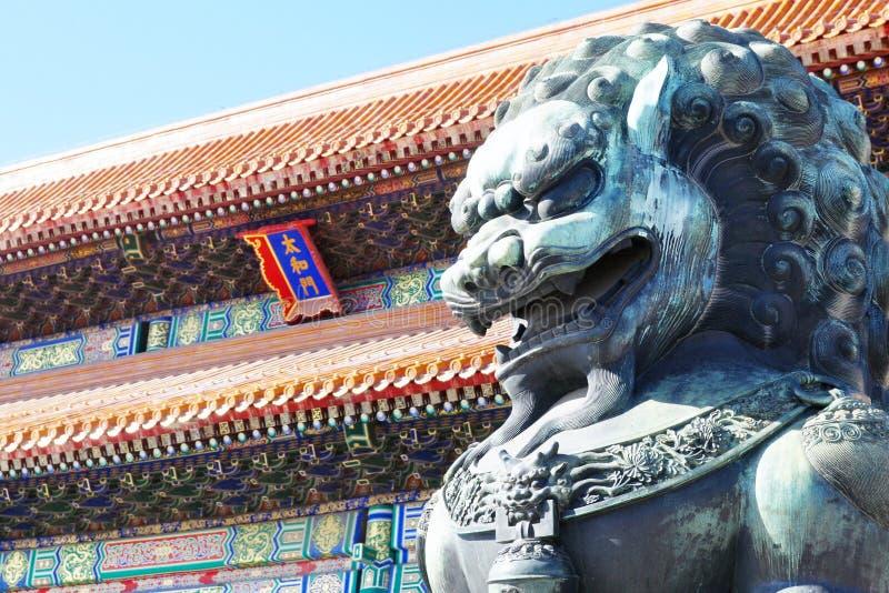 De bronsleeuw voor het Paleismuseum in Peking, China stock afbeelding
