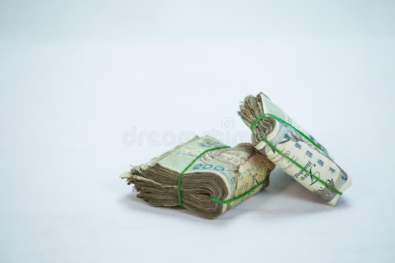 De broodjes en de Bundels van Naira innen lokale munten in een piramidehoop stock afbeelding