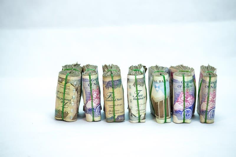 De broodjes en de Bundels van Naira innen lokale munten in een piramidehoop stock fotografie